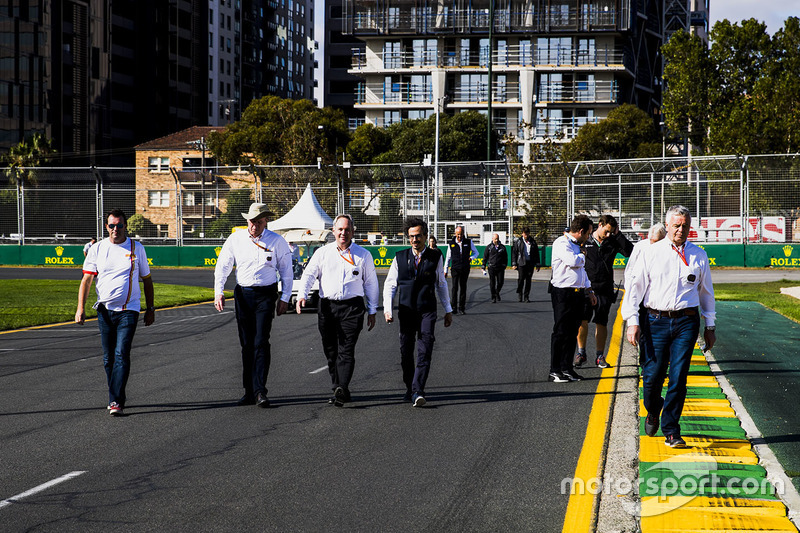 Trackwalk: Derek Warwick, Charlie Whiting, Laurent Mekies