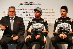 El Dr. Vijay Mallya, dueño del equipo Sahara Force India F1 con Sahara Force India F1, Sergio Pérez y Esteban Ocon, Sahara Force India F1 Team
