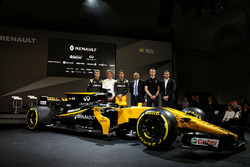 (L to R): Nico Hulkenberg, Renault Sport F1 Team with Pepijn Richter, Microsoft Director of Product Marketing; Jolyon Palmer, Renault Sport F1 Team; Mandhir Singh, Castol COO; Sergey Sirotkin, Renault Sport F1 Team Third Driver; Tommaso Volpe, Infiniti Glo