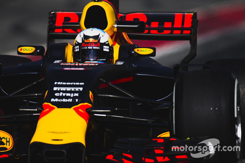 5º Daniel Ricciardo, Red Bull Racing RB13, blandos, 1:21.153 (198 vueltas)