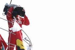 Le troisième, Sebastian Vettel, Ferrari, prend une caméra pour filmer le public depuis le podium