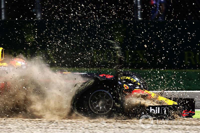 1.  Max Verstappen, Red Bull Racing RB13 en la grava