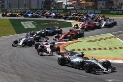 Lewis Hamilton, Mercedes AMG F1 W08, Esteban Ocon, Sahara Force India F1 VJM10, Lance Stroll, Williams FW40, Kimi Raikkonen, Ferrari SF70H y el resto de los coches