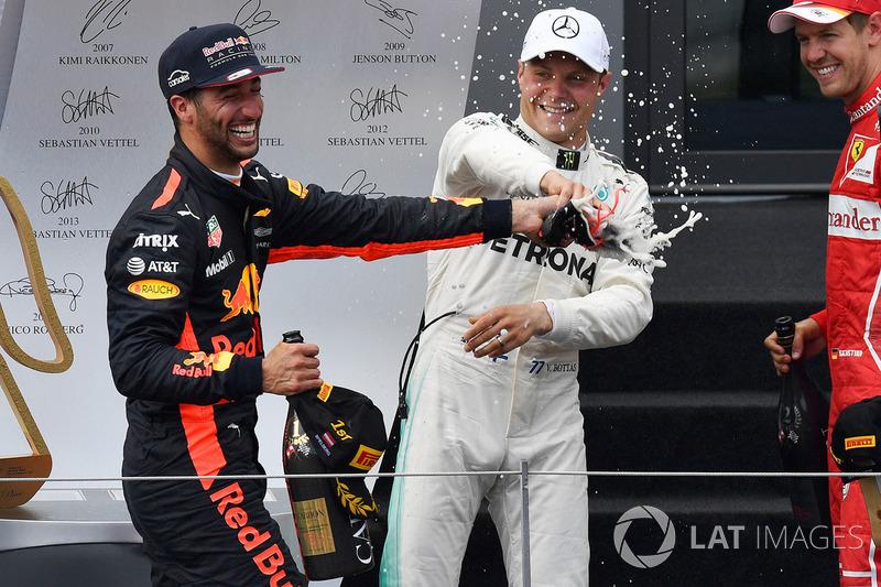 Подиум: победитель Валттери Боттас, Mercedes AMG F1, и обладатель третьего места Даниэль Риккардо, R
