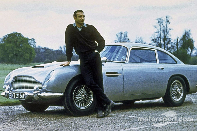 James Bond (Sean Connery) y el Aston Martin DB5