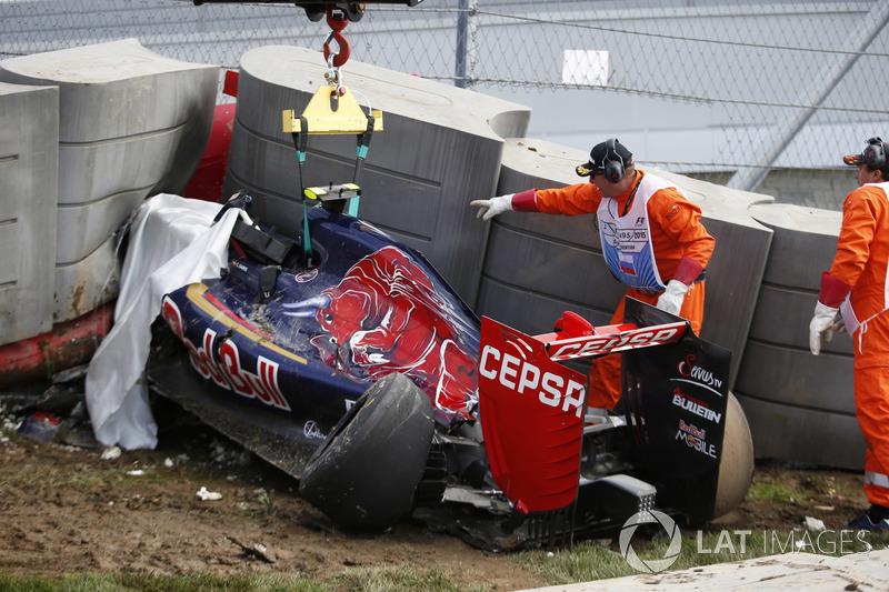 El coche Scuderia Toro Rosso STR10 de Carlos Sainz Jr. chocado en las barrera Tecpro