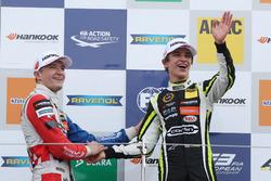 Podium : le vainqueur Lando Norris, Carlin, Dallara F317 - Volkswagen, le deuxième Jake Dennis, Carlin, Dallara F317 - Volkswagen