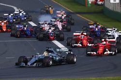 Старт гонки: Льюис Хэмилтон, Mercedes AMG F1 W08, Себастьян Феттель, Ferrari SF70H, Кими Райкконен, Ferrari SF70H, Фелипе Масса, Williams FW40