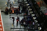 Stoffel Vandoorne, McLaren MCL32, in the pits