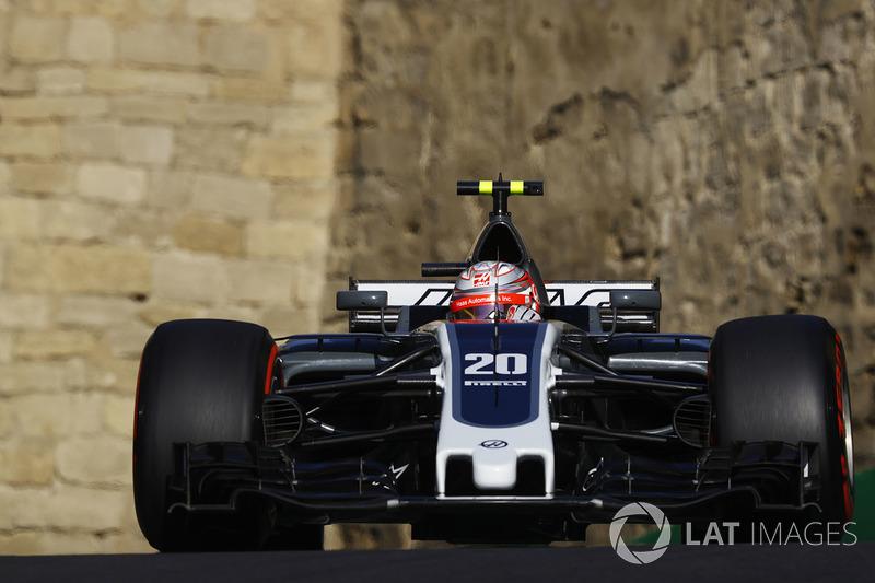 Já Magnussen oscilou bastante na primeira fase da temporada. Em algumas provas, foi amplamente ofuscado por Grosjean; em outros, fez corridas de destaque – como no Azerbaijão, quando chegou a andar em terceiro.