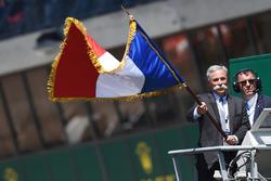Чейз Кері відмашкою прапором Франції дає старт гонки