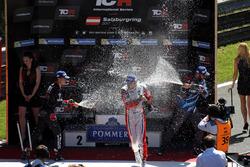 Подиум: победитель Роберто Кольчиаго, M1RA, второе место – Аттила Тасси, M1RA, третье место – Стефано Комини, Comtoyou Racing, Норберт Михелиц