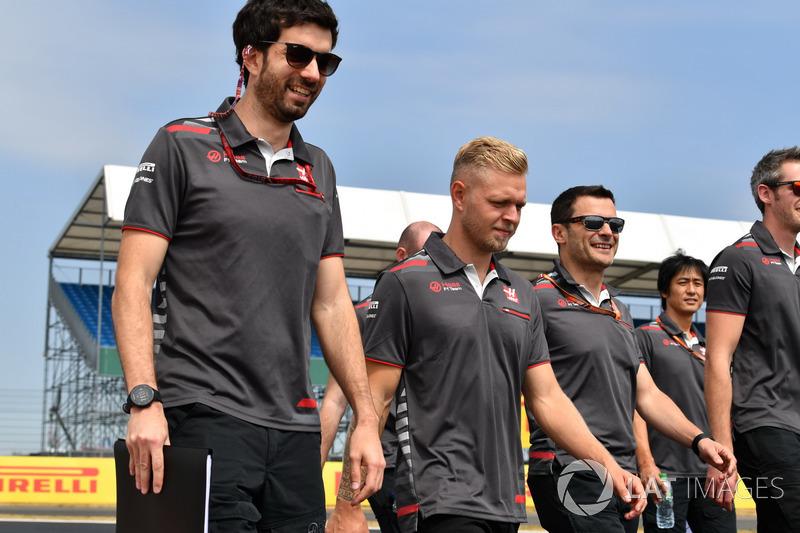 Kevin Magnussen, Haas F1 Team, cammina lungo il circuito