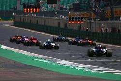 Stoffel Vandoorne, McLaren MCL33, Valtteri Bottas, Mercedes AMG F1 W09, Sergio Perez, Force India VJM11, Kimi Raikkonen, Ferrari SF71H, Brendon Hartley, Toro Rosso STR13, Fernando Alonso, McLaren MCL33, Sergey Sirotkin, Williams FW41, e Lance Stroll, Williams FW41, si sistemano in griglia per provare la partenza