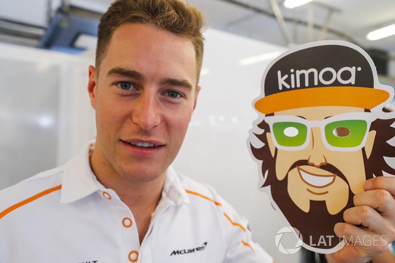 Stoffel Vandoorne, McLaren MCL33 celebra el cumpleaños de Fernando Alonso, McLaren