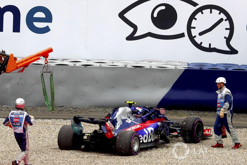 I marshal assistono Pierre Gasly, Toro Rosso STR13, dopo la rottura di una sospensione