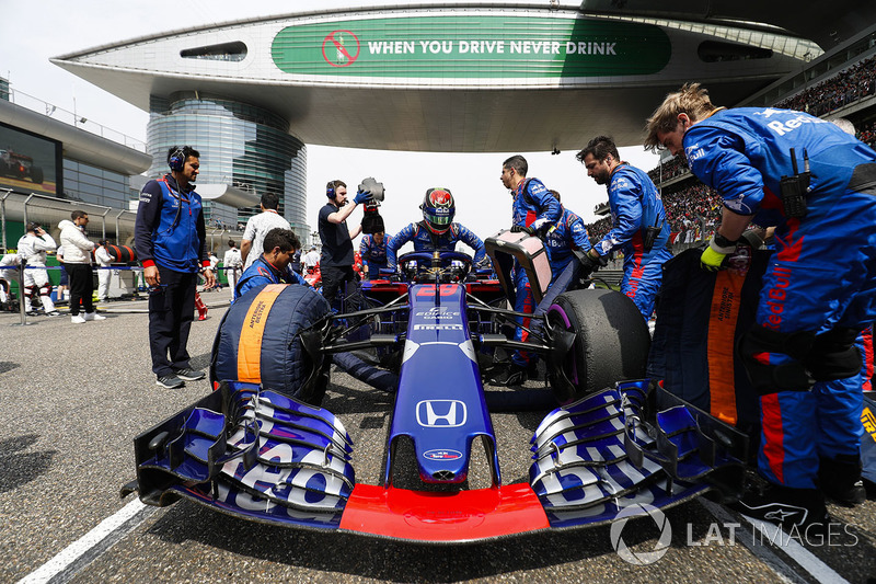 The Toro Rosso team prepare the car of Brendon Hartley, Toro Rosso STR13 Honda, on the grid