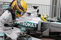 Lewis Hamilton ve Nico Rosberg, Mercedes W04, parc ferme