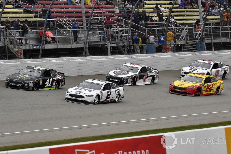 Brad Keselowski, Team Penske, Ford Fusion Miller Lite, Kurt Busch, Stewart-Haas Racing, Ford Fusion