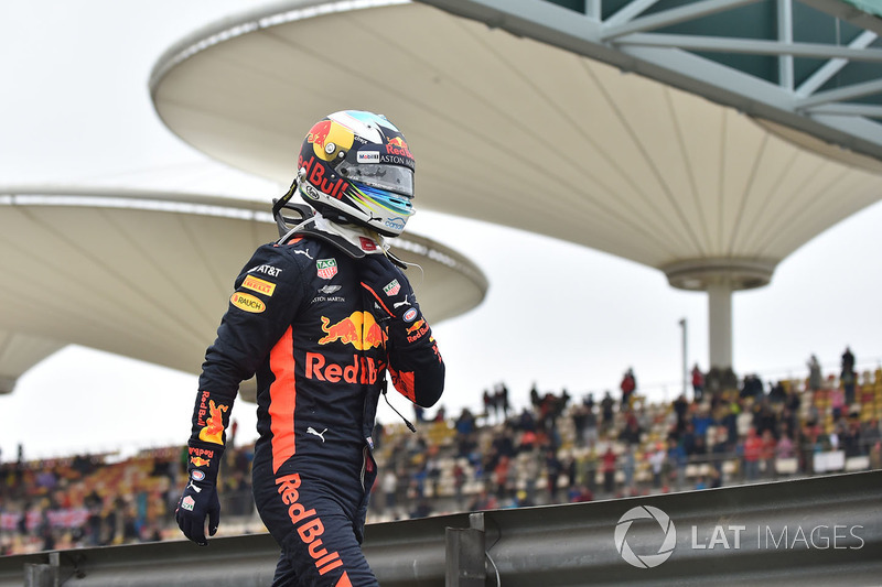 Daniel Ricciardo, Red Bull Racing stopped on track in FP3