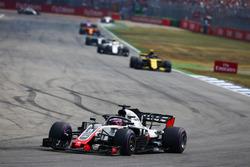 Romain Grosjean, Haas F1 Team VF-18, delante de Carlos Sainz Jr., Renault Sport F1 Team R.S. 18