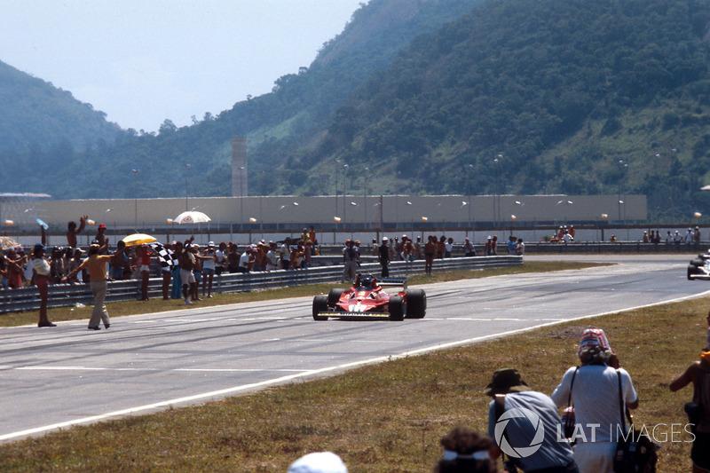Карлос Ройтеманн (Ferrari 312T2) здобуває перемогу в гонці