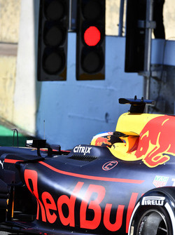 Daniel Ricciardo, Red Bull Racing RB13 and red light