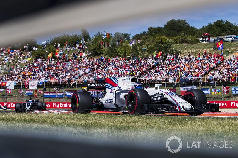 Lance Stroll, Williams FW40, Romain Grosjean, Haas F1 Team VF-17