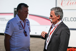 Otmar Szafnauer, Teamchef, Force India und Chase Carey, Formel-1-Chef