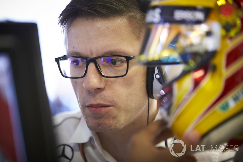 Инженер Mercedes AMG F1 Энди Шовлин и руководитель команды Тото Вольф