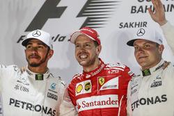 Подиум: обладатель второго места Льюис Хэмилтон, Mercedes AMG F1, победитель Себастьян Феттель, Ferrari, третье место – Валттери Боттас, Mercedes AMG F1
