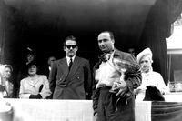 Ganador de la carrera Juan Manuel Fangio, Alfa Romeo, y HRH Príncipe Rainier en el podio