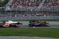 Romain Grosjean, Haas F1 Team VF-17, Jolyon Palmer, Renault Sport F1 Team RS17, Stoffel Vandoorne, McLaren MCL32 y Lewis Hamilton, Mercedes-Benz F1 W08 al inicio