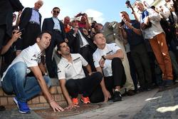 Fingerabdrüßcke der Le-Mans-Sieger 2016: Romain Dumas, Neel Jani, Marc Lieb