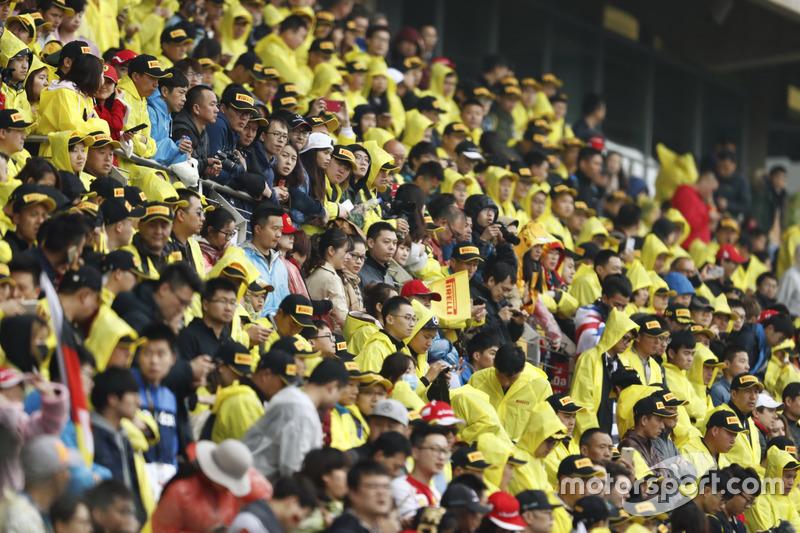 Multitud en amarillo macs de Pirelli en las tribunas