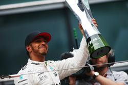 Lewis Hamilton, Mercedes AMG, soulève son trophée sur le podium