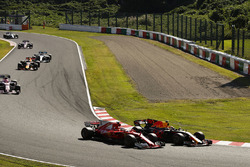 Daniel Ricciardo, Red Bull Racing RB13, passes Sebastian Vettel, Ferrari SF70H, at the start