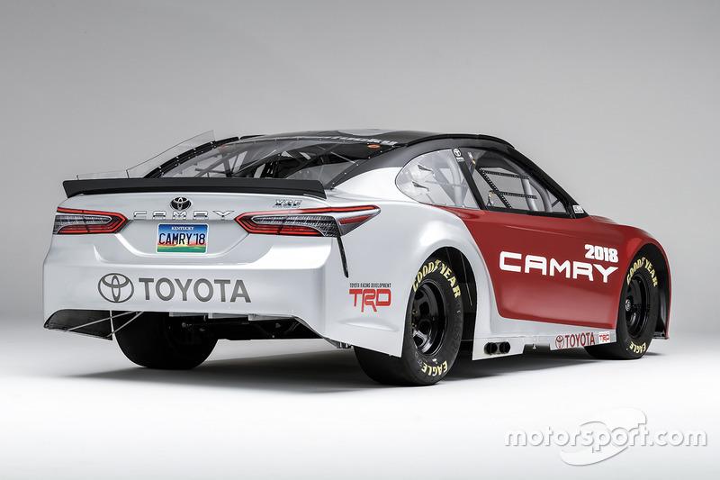 El NASCAR Toyota Camry 2017 basado en el coche camino de 2018