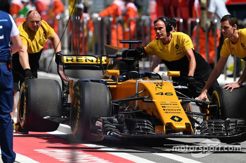 Renault Sport F1 Team mechanics, the car of Sergey Sirotkin, Renault Sport F1 Team RS17