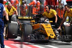 Механіки Renault Sport F1 Team із Renault Sport F1 Team RS17 Сергія Сироткіна