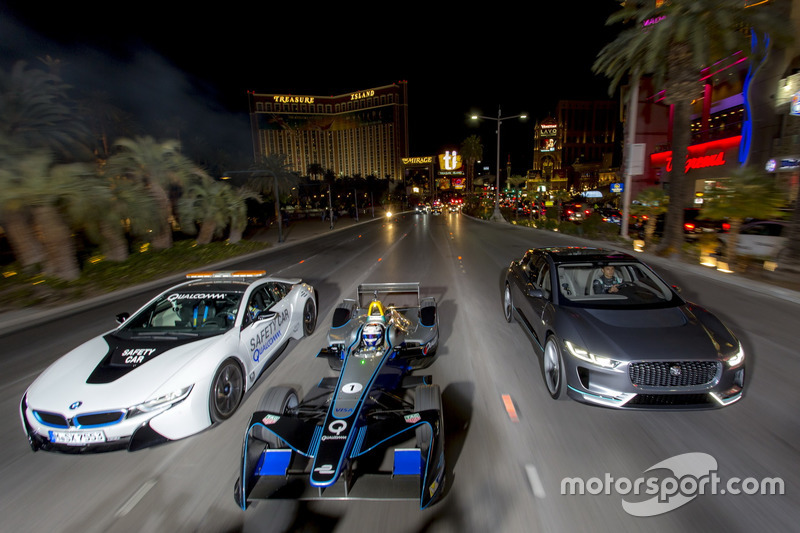 Sam Bird, DS Virgin Racing, vor Mitch Evans, Jaguar Racing Jaguar I-Pace SUV concept car;. Antonio Felix da Costa, Amlin Andretti Formula E Team, fährt einen BMW i8