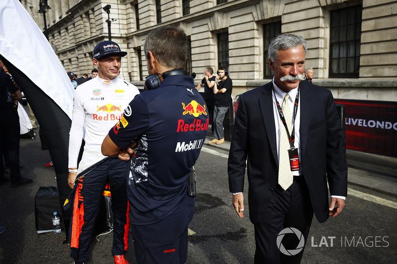 Chase Carey, Chairman, Formula One, berjalan melewati Max Verstappen, Red Bull