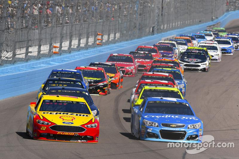 Kyle Larson, Chip Ganassi Racing, Chevrolet; Joey Logano, Team Penske, Ford