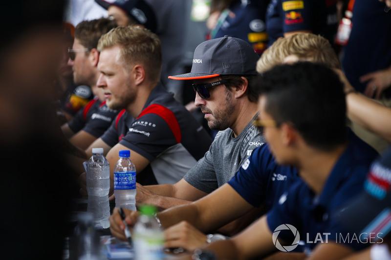 Кевін Магнуссен, Haas F1 Team, Фернандо Алонсо, McLaren, роздають автографи