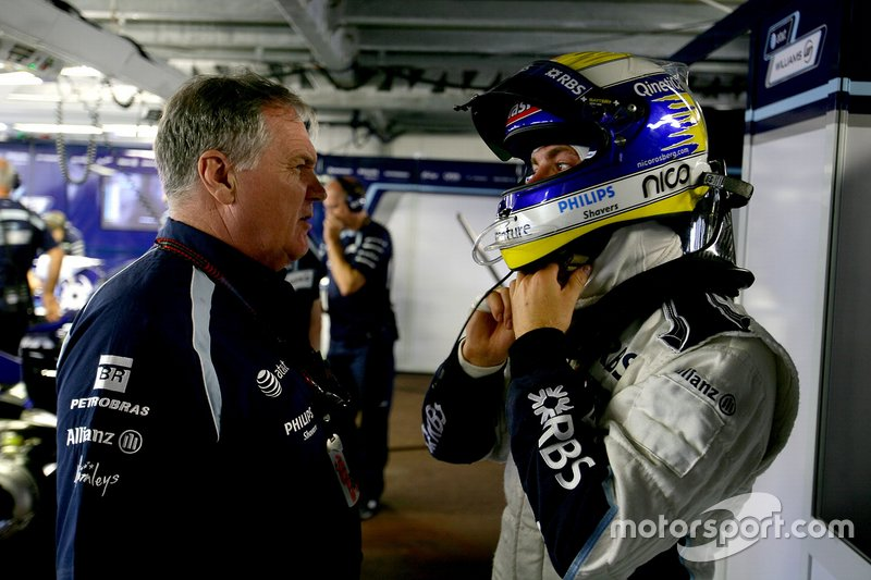 Patrick Head, directeur de l'ingénierie, Williams Toyota, discute avec Nico Rosberg, Williams FW29 Toyota