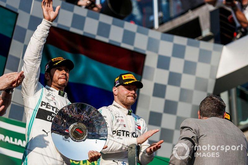 Lewis Hamilton, Mercedes AMG F1, secondo, con il suo trofeo