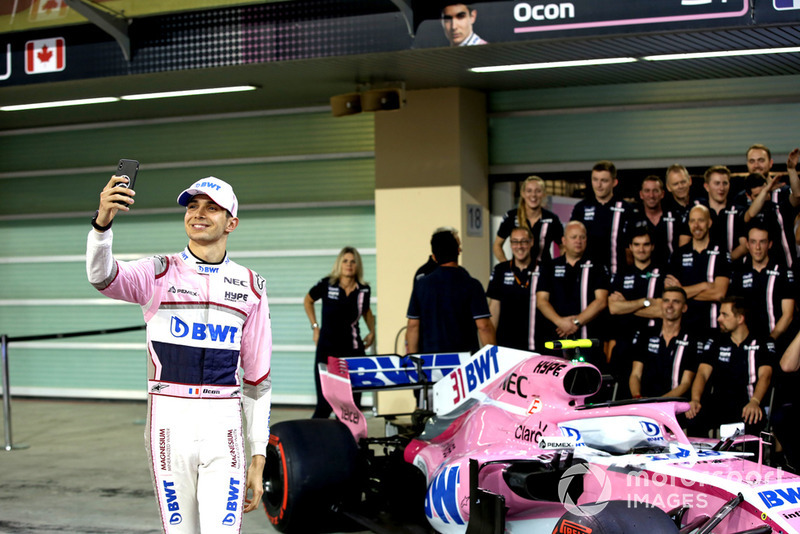 Esteban Ocon, Racing Point Force India selfie en la foto de equipo Racing Point Force India F1