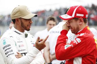 Lewis Hamilton, Mercedes AMG F1, parla con Sebastian Vettel, Ferrari, dopo aver conquistato la Pole Position