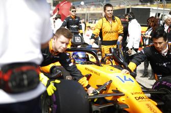 Fernando Alonso, McLaren MCL33, arriva in griglia di partenza