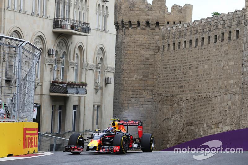 Max Verstappen, humo procedente de su Red Bull Racing RB12